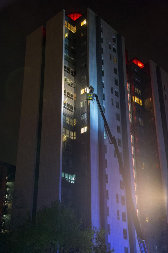 Met de brandladder werd het slachtoffer vanop de 16de verdieping naar beneden gehaald.
