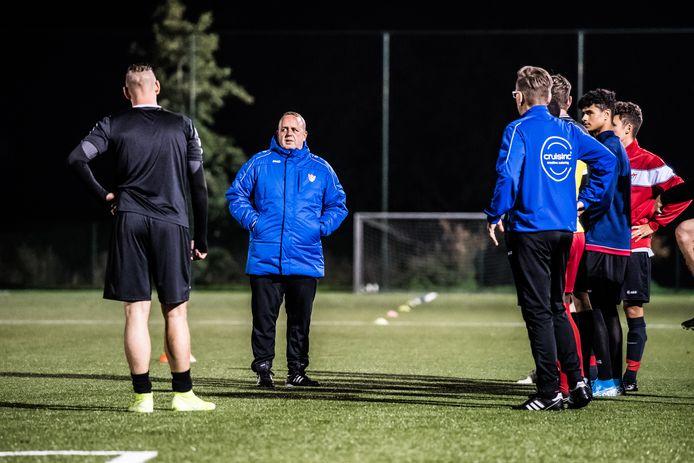 Marcel Omvlee heeft de aandacht van de spelers van Arnhemse Boys.