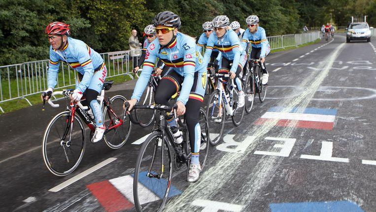 De Belgische vrouwenploeg op training op het met verf besmeurde parcours.