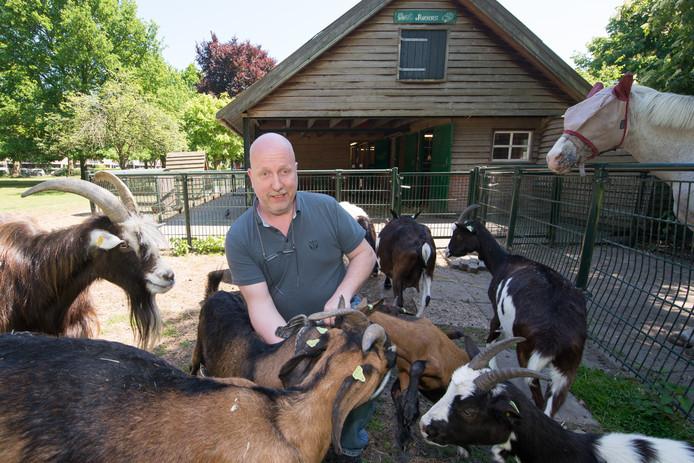 Ray Bergman van buurtboerderij De Ramshorst tussen de dieren.