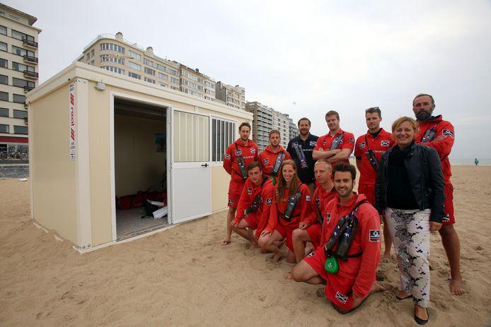 De redders bij een van de twee werfcontainers op het strand.