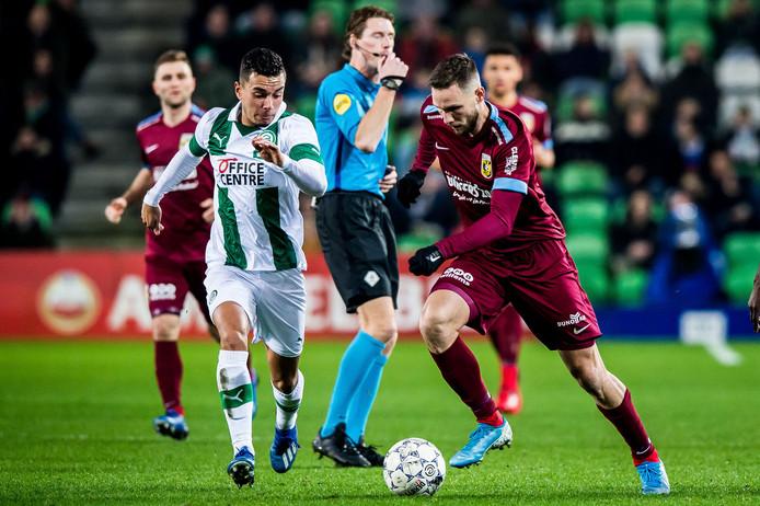 Daniël van Kaam en Tim Matavz (rechts) strijden om de bal.