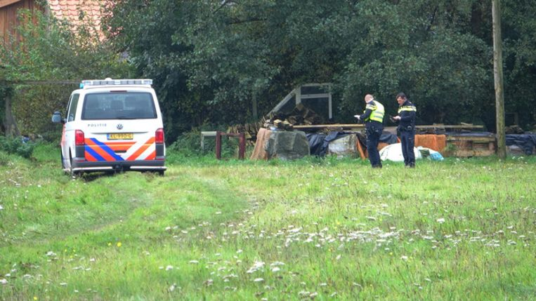 De politie doet onderzoek bij het huis waar de vader met de kinderen werden aangetroffen