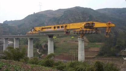 Kolossale robot bouwt bruggen in China