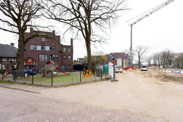 Links kinderdagverblijf Mira Molenaar, rechts de appartementen in aanbouw.