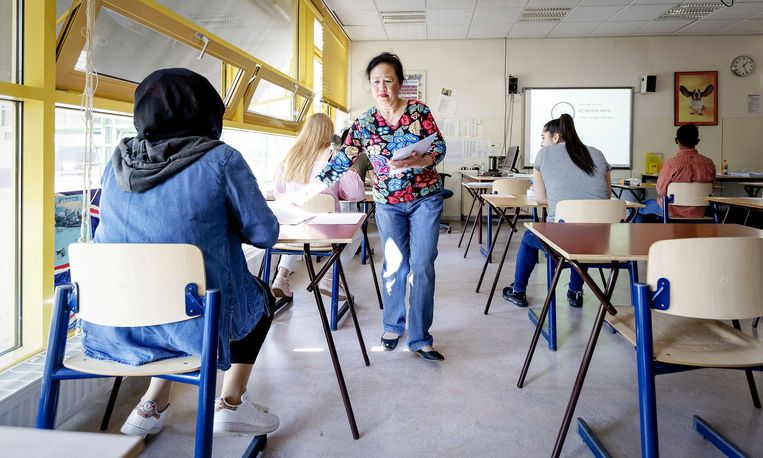 Leerlingen van middelbare school De Palmentuin in Rotterdam-Zuid beginnen aan hun examen Nederlands, 14 mei 2018.  Beeld ANP