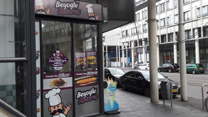 Snackbar Het Hobbetje in de Haagse Hobbemastraat.