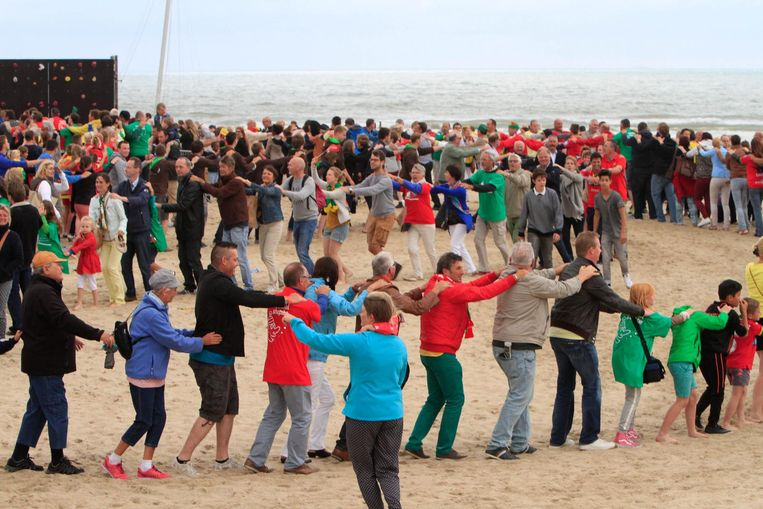 Een beeld van de fandag van KVO op het strand in 2015. De club wil dezelfde taferelen zien in het fandorp bij het Atomium, en zal daarvoor zelfs heel wat zand voorzien.