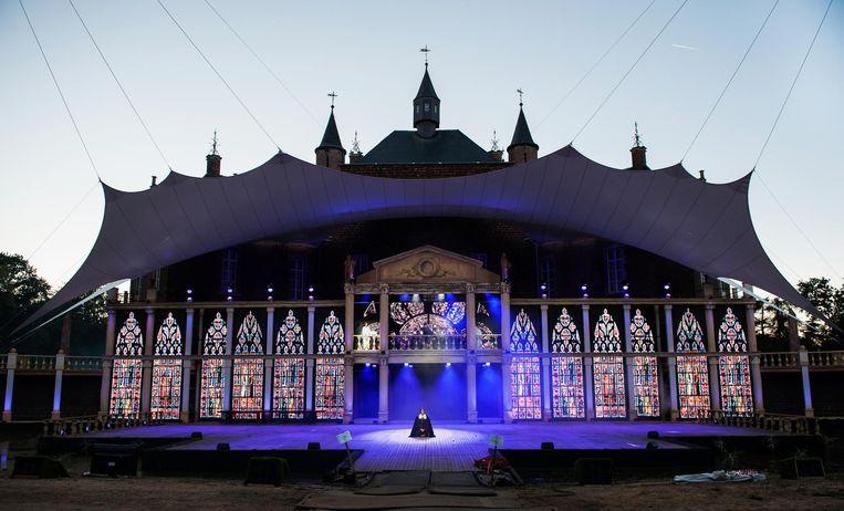 De ledmuur vormt een indrukwekkend decor voor de toeschouwers.