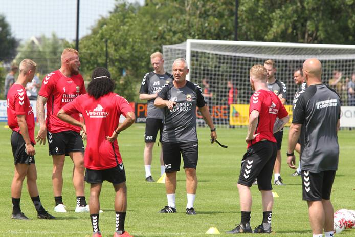 Trainer Jack de Gier (m) instrueert de spelers van Go Ahead Eagles tijdens zijn eerste training in Terwolde.