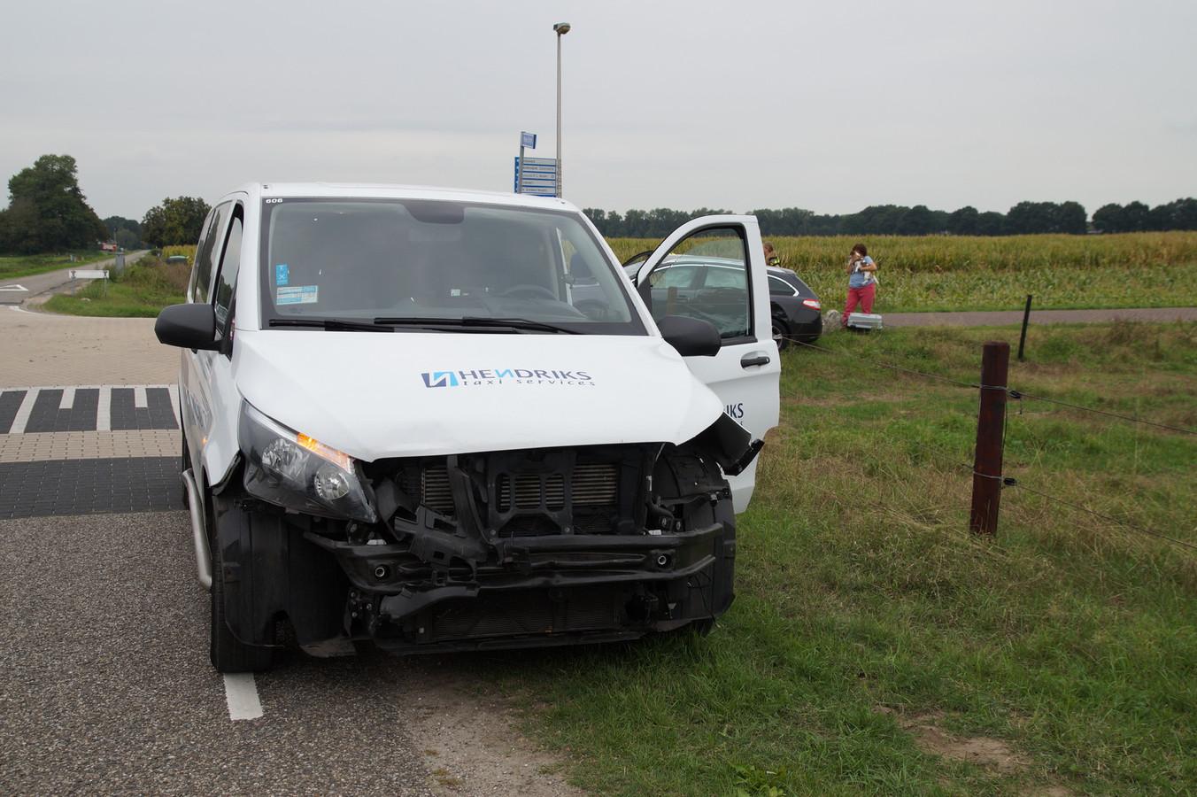 Ook het busje raakte zwaar beschadigd.