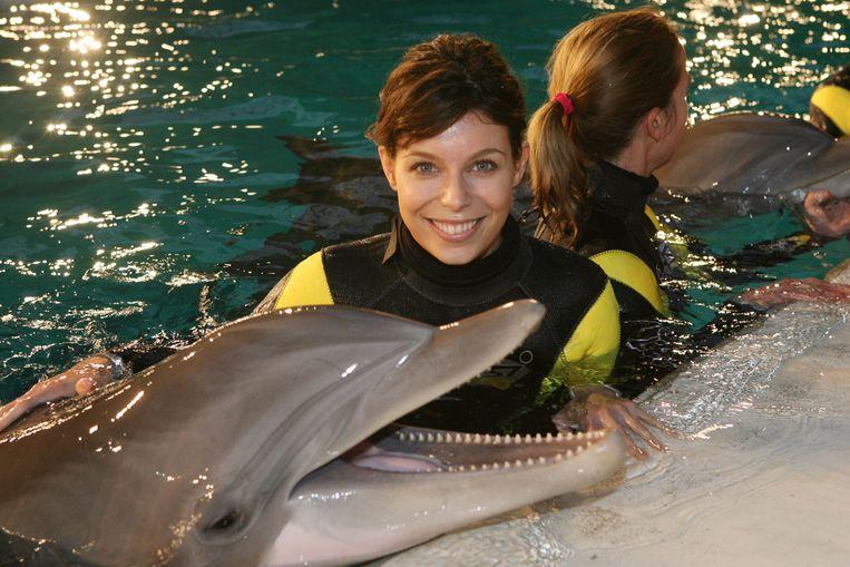 FOTO BENNY PROOT Brugge Evy Gruyaert zwemt met dolfijnen samen met winnares Studio Brussel