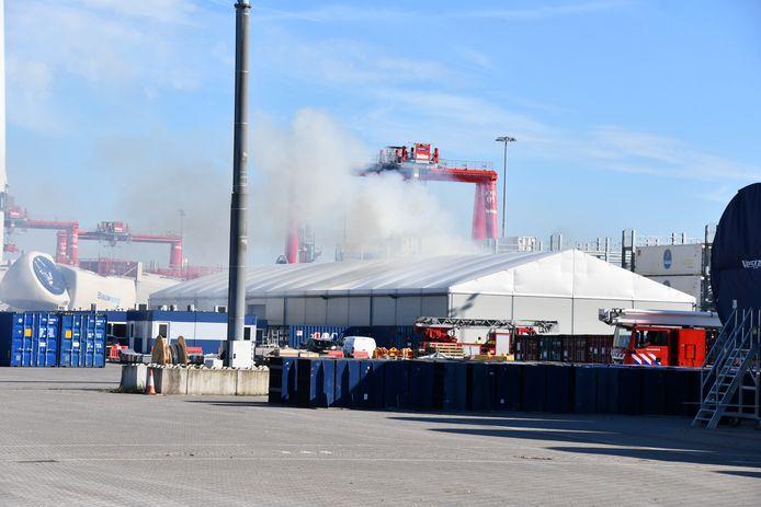 Een brand in een stapel pallets bij een bedrijf aan de Finlandweg in Nieuwdorp, is doorgeslagen tot in het gebouw.