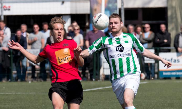 VDZ-speler Kars Deutekom (links) in actie tegen Spero.