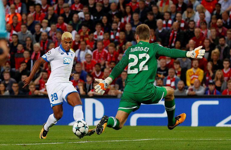 Gnabry probeert als aanvaller van Hoffenheim Mignolet te kloppen tijdens de laatste voorrondematch voor de poules van de Champions League.