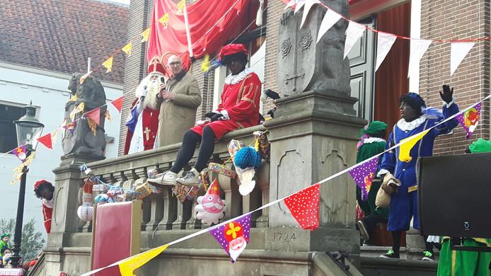 Sinterklaas met burgemeester van den Bosch op het bordes van het stadhuis