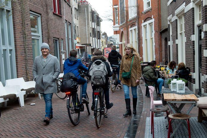 Willy Gout (l) vindt dat het veiliger moet op de Kapelstraat met de vele fietsers die er nu rijden. Rechts Celine Schut (voorzitter van de buurtcommissie Noord van de wijkraad).