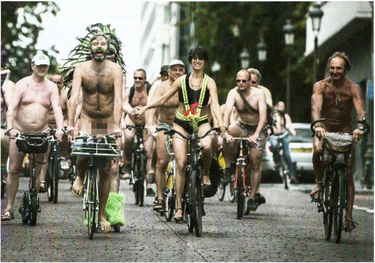 Vincent (uiterst rechts) tijdens een uitje op de fiets met andere nudisten.