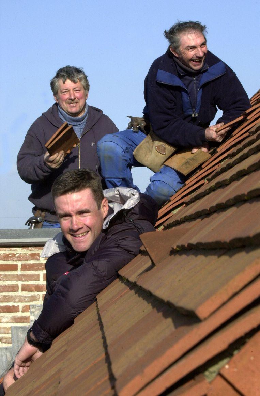 Serge Baguet aan de slag als dakwerker.