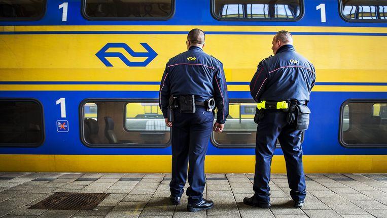 Service- en veiligheidsmedewerkers van de Nederlandse Spoorwegen op het station. Beeld anp