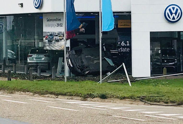 De bestelwagen belandde in de etalage van de Volkswagengarage.