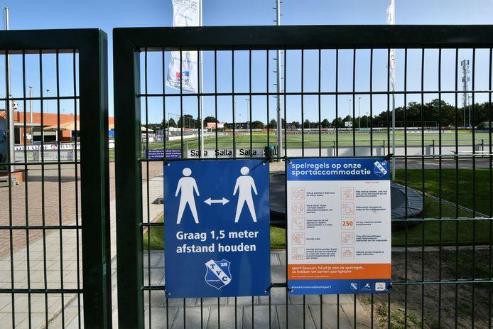 1,5 meter afstand houden, ook op het sportpark van TVC'28. Voor de derby van morgen tegen Stevo zijn er volop veiligheids- en hygiënemaatregelen.