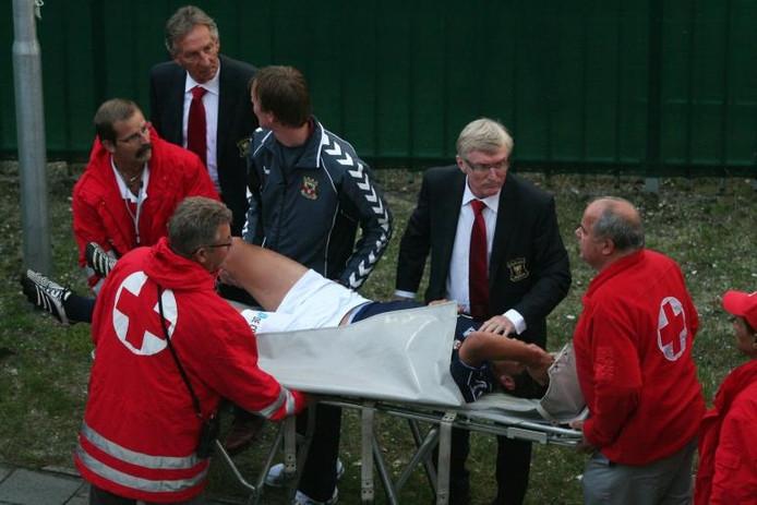 Ceriel Oosthout wordt per brancard van het veld gedragen. Gevreesd wordt voor schade aan zijn rechterknieband. foto Erik Pasman