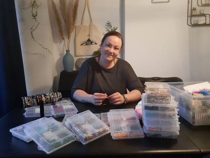 Tessa van den Berg maakt aan de keukentafel haar armbandjes.