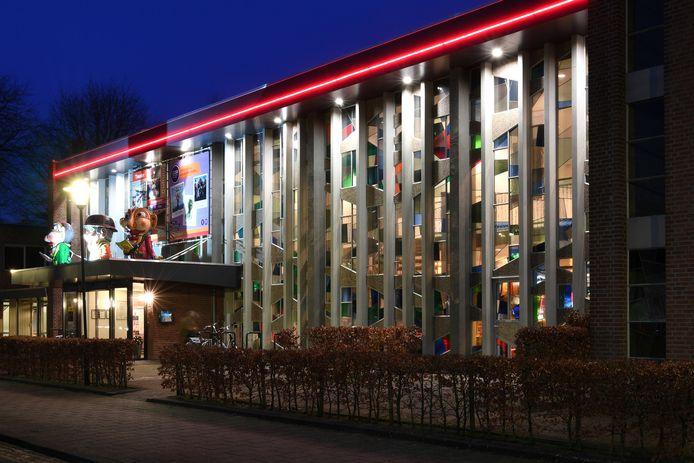 De voorkant van Cultureel Centrum De Boodschap in Rijen met zijn kenmerkende glas in lood ramen.