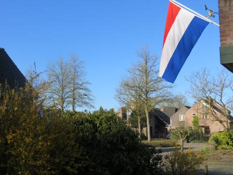 De vlaggen wapperen om 75 jaar vrijheid in deze onzekere tijd toch te herdenken