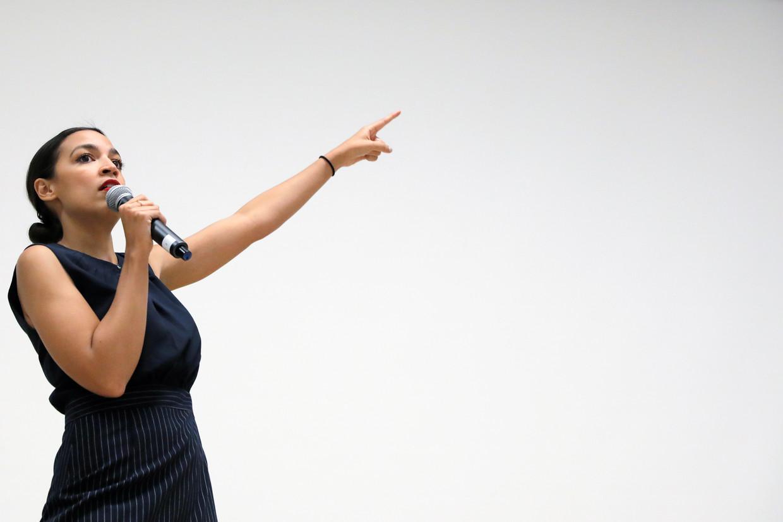 Alexandria Ocasio-Cortez houdt een speech in Queens, New York.  Beeld REUTERS