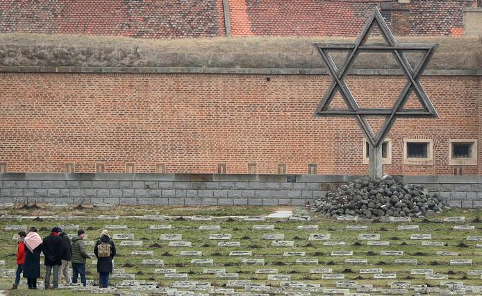 Bezoekers bij de begraafplaats van een voormalig concentratiekamp in Terezin, in Tsjechië.