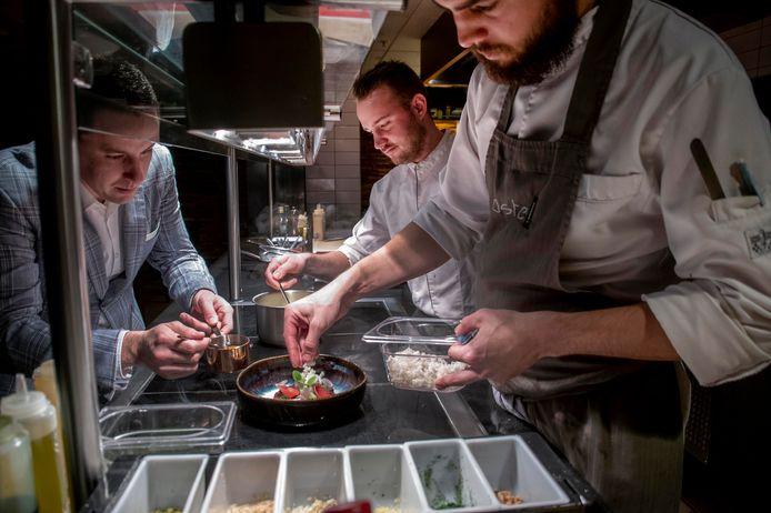 Oefenen voor kerstdiner bij restaurant Taste. vlnr Restaurantmanager Kees Verlaan, chefkok Marc Bierkens en kok Niels Timmermans.