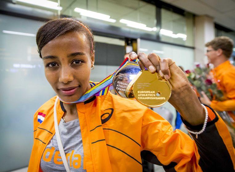 Hassan toont haar medailles bij terugkomst van de Europese kampioenschappen Beeld anp
