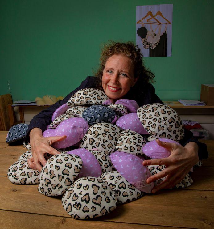 Proud Breast in Deventer maakt Qups: op maat gemaakte lichtgewicht borstprotheses. Suzanne Kemps is de ontwikkelaar. Maar nu moet ze een stap terug doen: haar kanker is ongeneeslijk teruggekeerd.