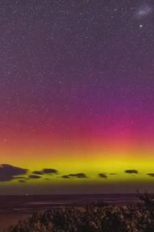 Prachtige kleuren verlichten Australische lucht boven de oceaan