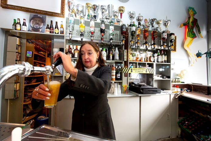 Eigenaar Marga Versluis van café Easy aan de Claes de Vrieselaan.