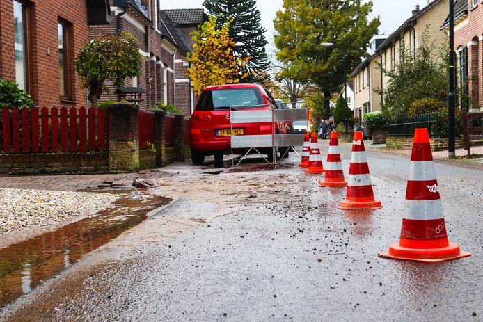 De Oranjestraat-bewoners in Apeldoorn hebben overlast van een wispelturige waterleiding die al drie keer in korte tijd is geknapt.