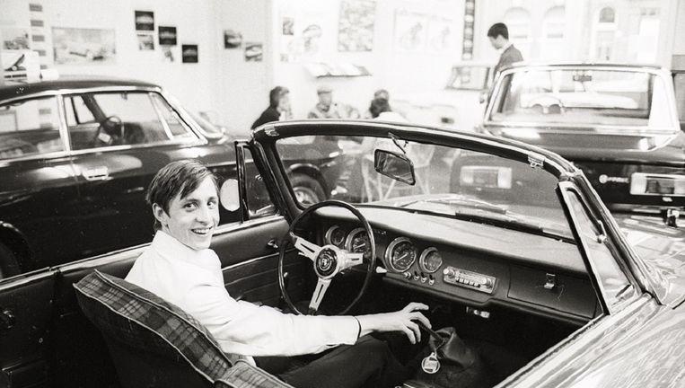 Cruijff in een Alfa Romeo in 1968. Beeld Piet van der Klooster