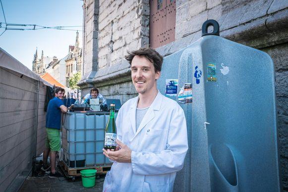 Professor Arne Verliefde en zijn collega's bij de zuiveringsinstallatie aan de urinoirs aan het Belfort.