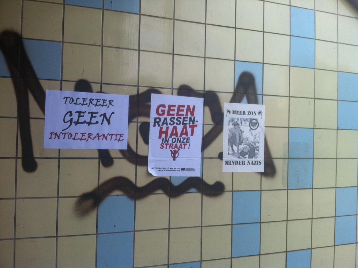 Anti-neonazi affiches bij de woonboulevard.