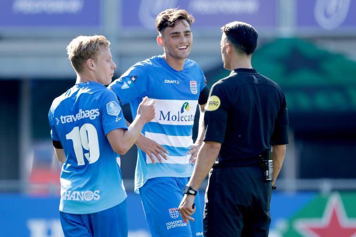 Sam Kersten (midden) doet namens PEC Zwolle mee aan een Europees FIFA 20-toernooi. De club uit Zwolle is regerend landskampioen in de eDivisie, de competitie voor e-sporters van de eredivisionisten.