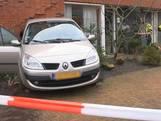 Auto rijdt achteruit huis in Bavel binnen