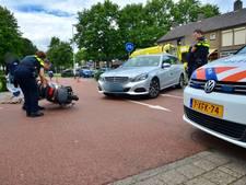 Taxi rijdt snorscooter aan op Duindoornstraat in Breda