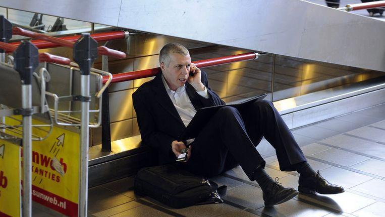 Een gestrande reiziger op Schiphol. Foto ANP Beeld