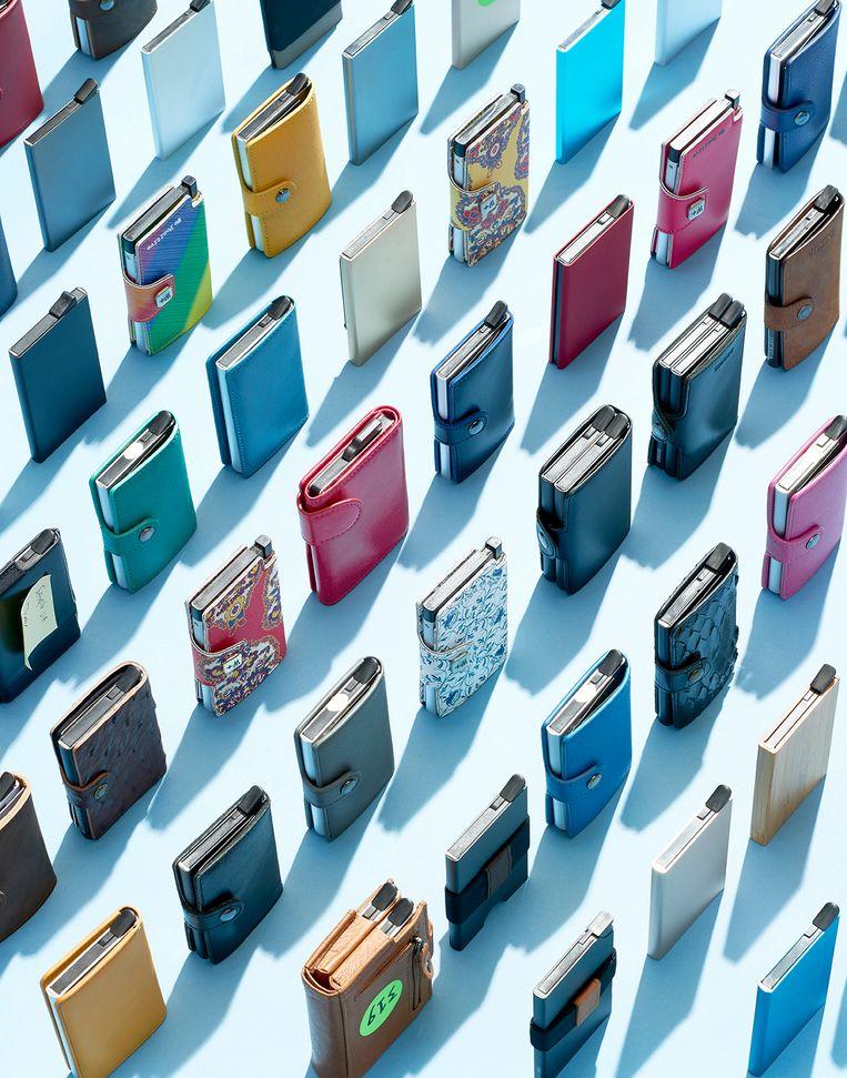 2d9a343bef9 ... Een selectie van de vele neppers die gebaseerd zijn op de bekende  Nederlandse Secrid-portemonnee. Beeld Rein Janssen