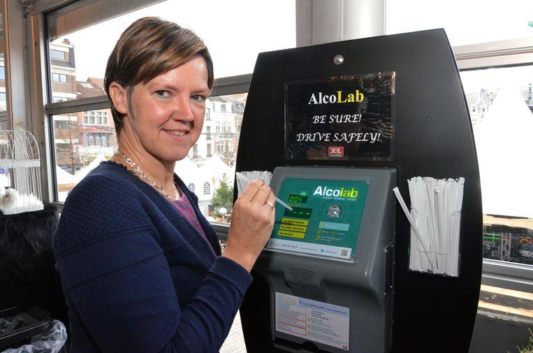 Schepen van Middenstand Els Van Hoof (CD&V) was in december 2015 al de ambassadrice van alcoholtesters in Leuven.