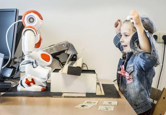 Isa doet een kaartspelletje met de robot.