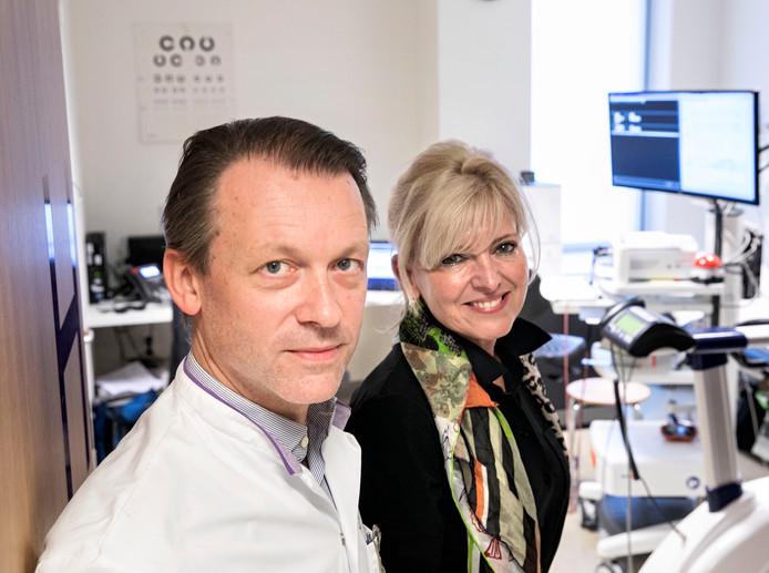 Hareld Kemps en Laurence Oostveen in de ruimte waar de digitale gegevens van patiënten thuis binnenkomen. Foto René Manders/fotomeulenhof