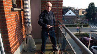 """Viktoor (80) moet toeren uithalen om elektrische scooter op te laden: """"Ik mag geen stopcontact in de kelder gebruiken"""""""